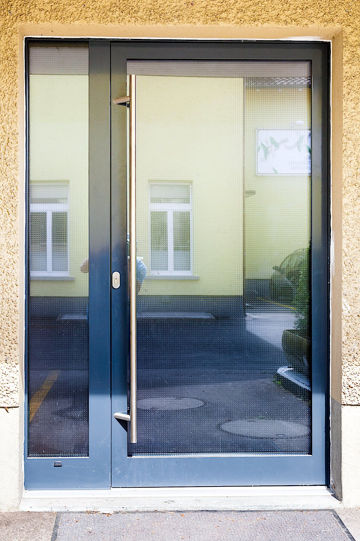 Geschäfts-Eingang in Wetzikon - Aluminium-Eingangstür mit SeitenteilVerglasung: Mastercarre