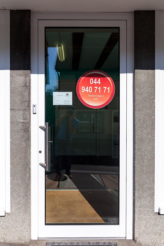 Geschäfts-Eingang in Uster - Aluminium-EingangstürVerglasung: Klarglas mit erhöhtem Schallschutz