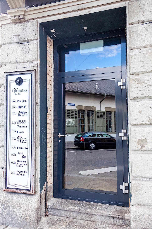 Gastronomie-Eingang in Zürich - Aluminium-Eingangstür nach aussen öffnend mit festverglastem OberlichtVerglasung: Klarglas einbruchhemmend