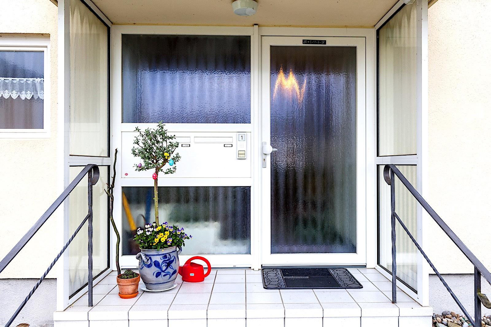 EFH in Altenburg - Aluminium-Eingangstür mit Seitenteil und eingebautem Briefkasten2 zusätzliche Seitenelemente als Wind- und RegenschutzBriefkasten: RENZ-Briefkastenanlage mit isoliertem Einbaupaneel. Briefentnahme von innenVerglasung: Chinchilla