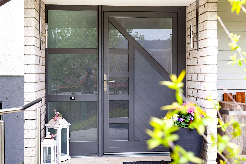 EFH in Niederweningen - Aluminium-Eingangstür mit festverglastem SeitenteilVerglasung: Pave