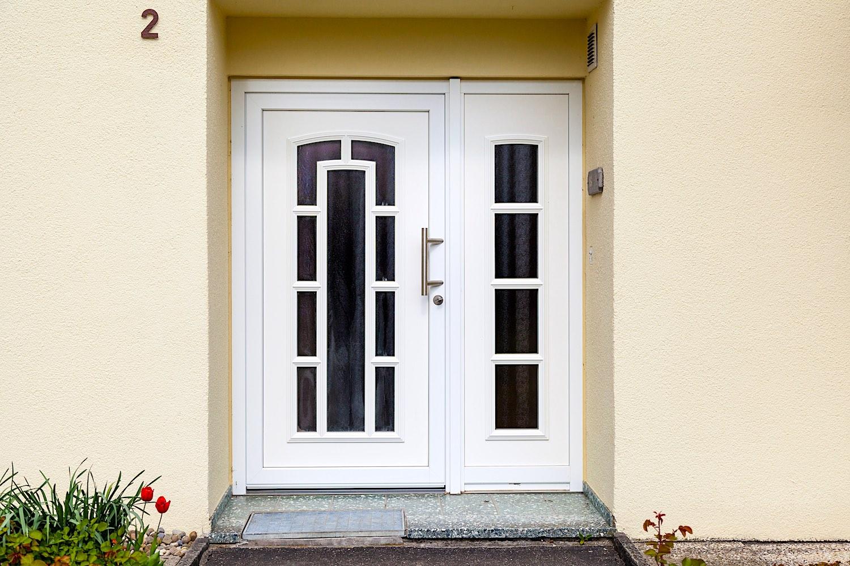 EFH in Niederhasli - Aluminium-Eingangstür mit festverglastem SeitenteilVerglasung: Chinchilla