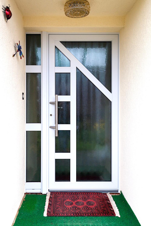 EFH in Neerach - Aluminium-Eingangstür mit festverglastem SeitenteilVerglasung: Chinchilla