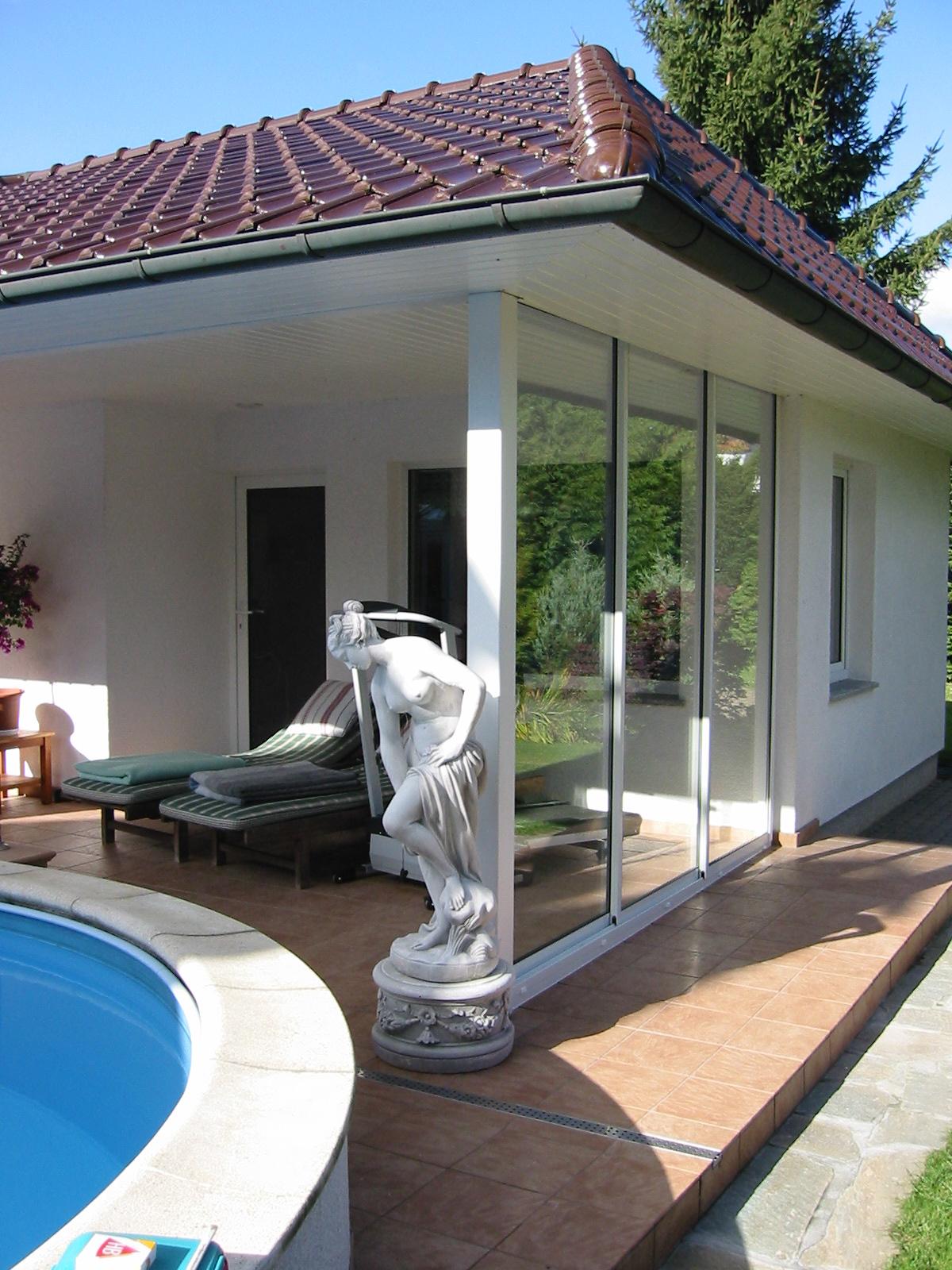 Windschutz-Verglasung in Zürich - Ausführung:Seite:1 Stück 3-läufige Multiraum Aluminium-SchiebeverglasungVerglasung: 2-fach Isolierglas