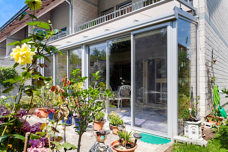 Kalt-Wintergarten in Koblenz - Ausführung:Aluminium-Terrassendach verglast mit IsolierglasFront:2 Stück 4-läufige Multiraum Aluminium-Schiebeverglasungen mit je einem Insektenschutz-SchiebeflügelSeite:Festverglastes AluminiumfensterVerglasung Dach und Schiebeelemente: 2-fach IsolierglasBeschattung: WAREMA-Wintergartenmarkise mit integrierter Sonnen-/ Windsensorik