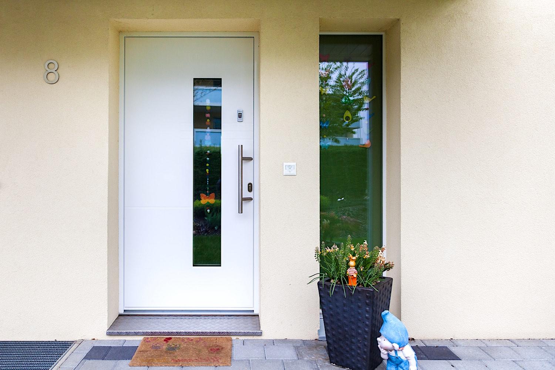 EFH in Dintikon - Aluminium-Eingangstür mit mit Fingerscan-Zutrittskontrolle und separater seitlicher FestverglasungVerglasung: Verbundsicherheitsglas Klar