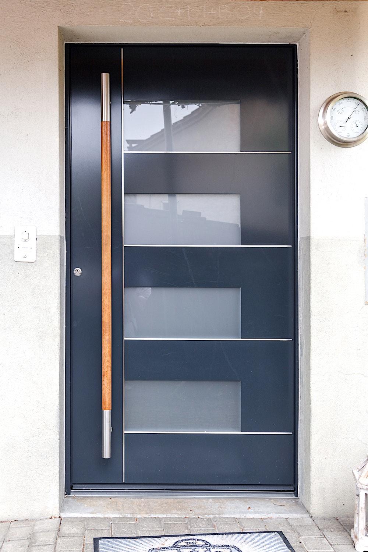 EFH in Teufenthal/AG - Aluminiumtür mit 4 Glasfeldern und Edelstahl-EinlagenVerglasung: Satinato