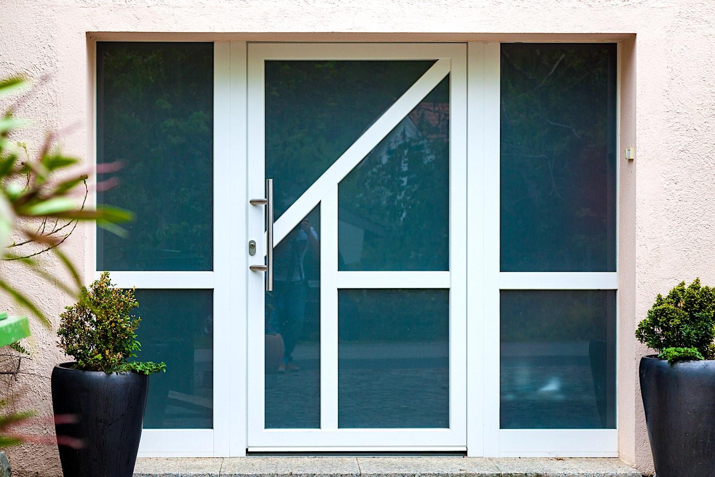 EFH in Bülach - Aluminium-Eingangstür mit 2 festverglasten SeitenteilenVerglasung: Satinato