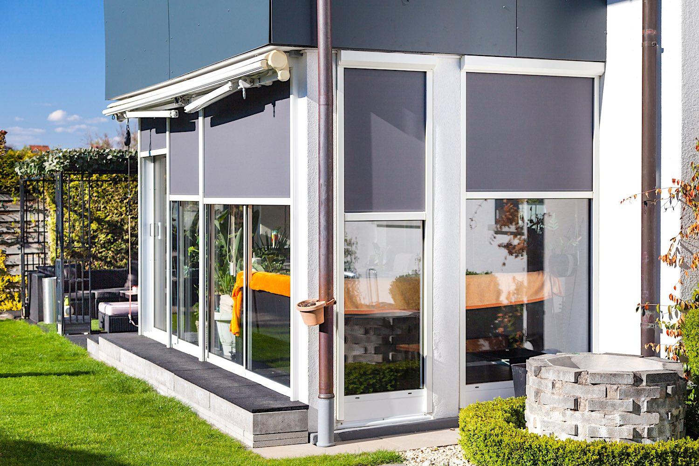 Sitzplatzverglasung in Feuerthalen - Ausführung:Front:4-läufige Multiraum Aluminium-SchiebeverglasungSeiten:3 St. festverglaste AluminiumfensterVerglasung: 2-fach Isolierglas