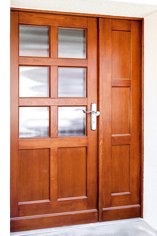 EFH in Sommeri - Holz-Eingangstür 2-flügelig (Nebenflügel zum Öffnen) in Eiche-RahmenkonstruktionVerglasung: Chinchilla