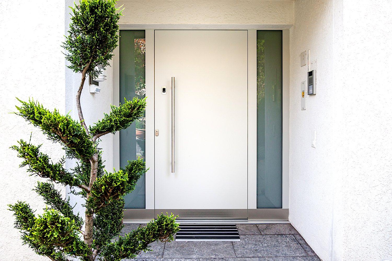 EFH in Wallisellen - Aluminium-Eingangstür mit mit geschlossenem Türblatt , 2 Seitenteilen und Fingerscan-ZutrittskontrolleVerglasung: Verbundsicherheitsglas mit Mattfolie