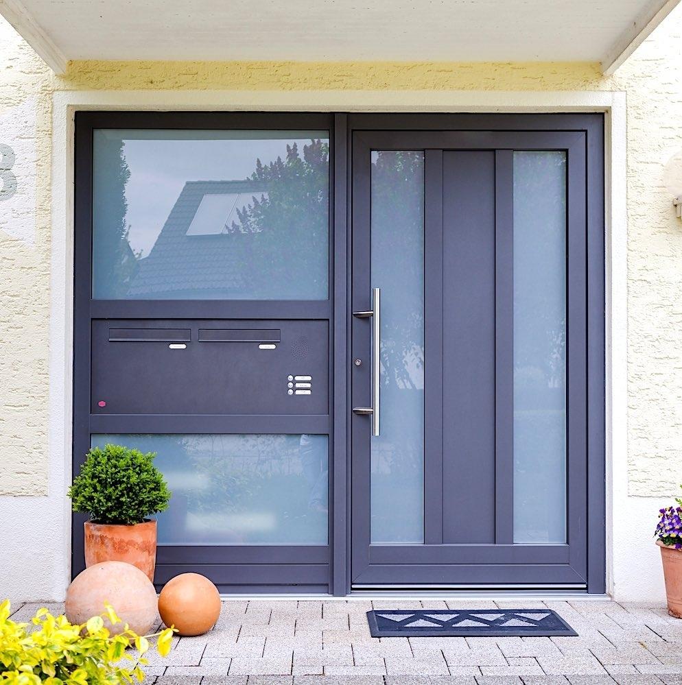SERIE SPROSSEN - Die am meisten verbreitete Aluminiumtür. Komplett verglast oder unterteilt mit glasteilenden Sprossen. Ihrer Phantasie sind fast keine Grenzen gesetzt.