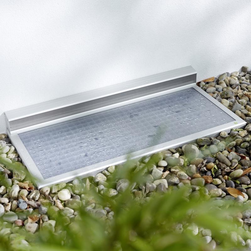 RESI - Sichere Belüftung des Kellerraums bei gleichzeitigem Regen- und Insektenschutz: das ist die perfekte Aufgabe für die RESi Lichtschachtabdeckung von Neher. Genau wie Ihre Kollegin LiSAeignet sie sich zur lückenlosen Abdeckung praktisch aller Lichtschächte aus Kunststoff oder Beton.Regenschutz durch hochtransparente, trittsichere PolycarbonatplatteBelüftungselement mit vorgeschriebenem Strömungsquerschnitt und einfacher Reinigung durch auswechselbares EdelstahlgewebeHöchste Stabilität durch Aluminiumprofile und formstabiles Gewebe aus EdelstahlStolperfreie Konstruktion durch flache, abgeschrägte ProfileEdelstahlverschraubung für dauerhafte und flexible Verbindung zum RostErhältlich in den Standardfarben silbergrau eloxiert oder dunkelgrau mit Glimmereffekt