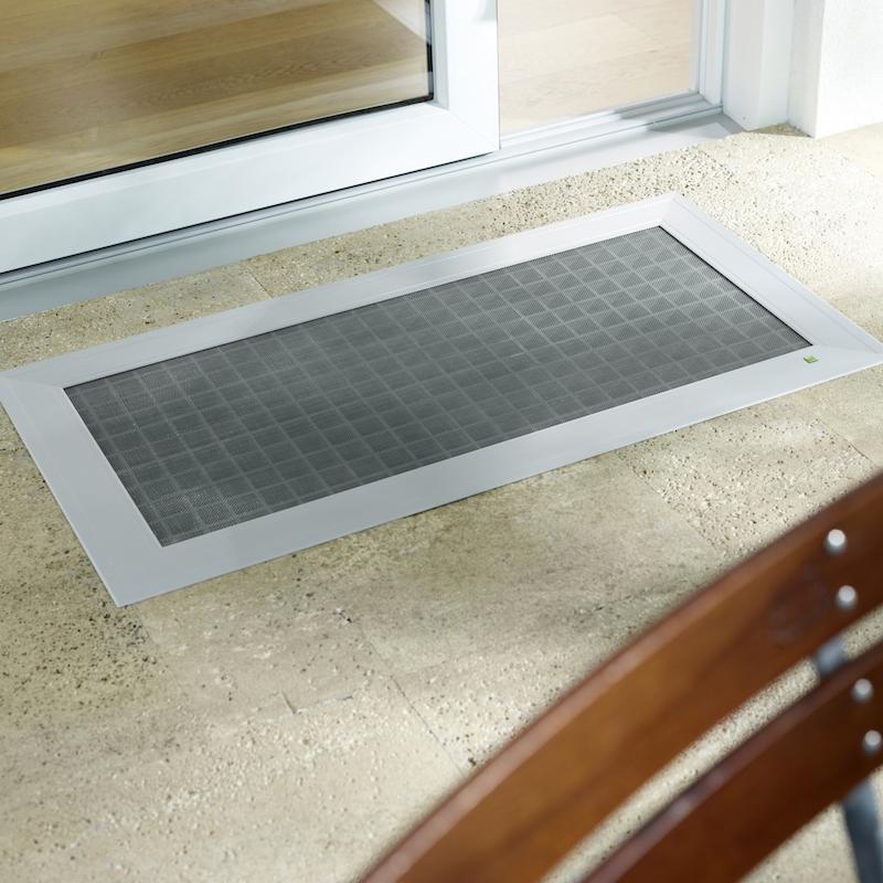 ELSA - Sie suchen einen attraktiven Ersatz für Ihre alte Lichtschachtabdeckung? ELSA ist die hoch belastbare, flächenbündige und ebenerdige Alternative für Ihren bestehenden Gitterrost. ELSA wird einfach als Komplettelement in den Lichtschacht montiert und eignet sich nicht nur für den Terrassenbereich, sondern auch für andere Lichtschächte rund ums Haus.Optimaler Schutz vor Laub, Schmutz und KleintierenFür alle Lichtschächte aus Kunststoff oder Beton, rechtwinklig oder schrägAttraktiver Look und höchste Stabilität durch Aluminiumprofile und formstabiles Gewebe aus Edelstahl oder StreckmetallStolperfreie, flächenbündige und ebenerdige KonstruktionOptionale Sicherung gegen Ausheben durch Kette oder KarabinerhakenSchnellentriegelungsoption für FluchtwegeErhältlich im Standard in silbergrau eloxiert oder dunkelgrau mit Glimmereffekt