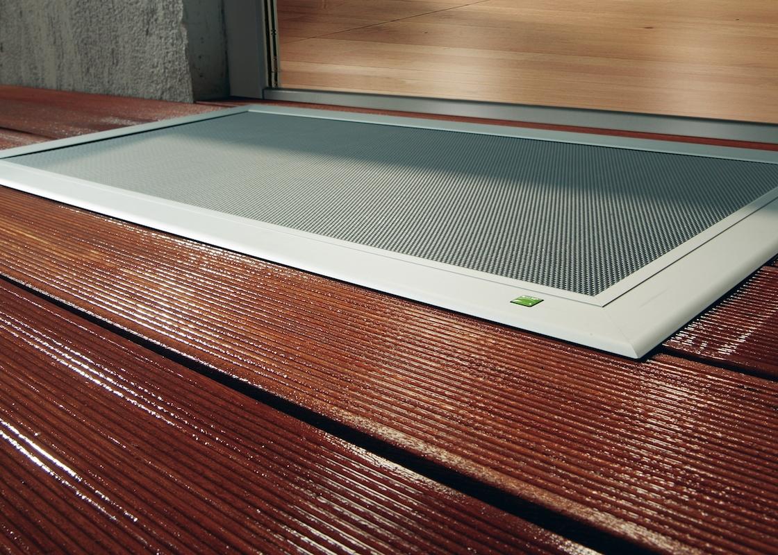 TERRESA - Sie haben eine Holzterrasse und benötigen einen eleganten und trittsicheren Wasserablauf, eine Revisionsöffnung oder eine Lichtschachtabdeckung? TERRESA von Neher ist der hochwertige, universell einsetzbare Einleger für Ihre Holzterrasse. Einfach Öffnung sägen, TERRESA einlegen, fertig. Übrigens kann die TERRESA als Alternative zur ELSA auch als Abdeckung auf