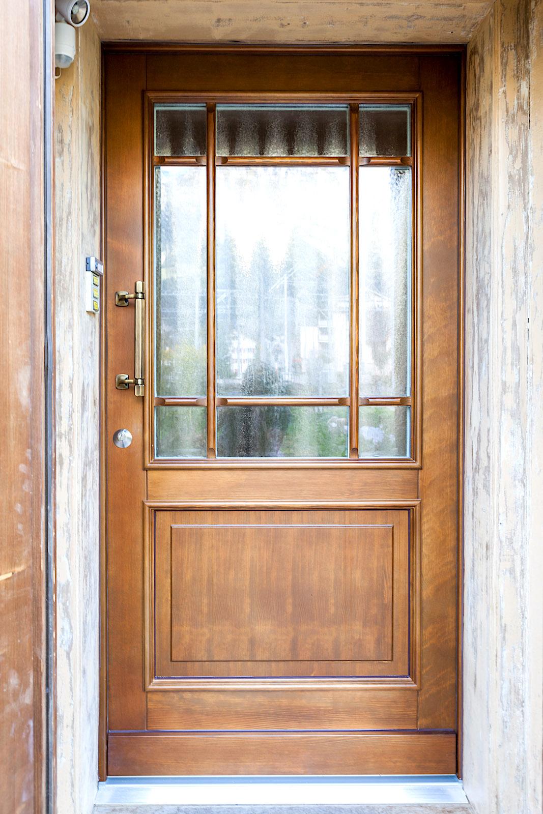 EFH in Engelberg - Holz-Eingangstür in Kiefer-Rahmenkonstruktion mit Wiener SprossenVerglasung: 3-fach-Verglasung Chinchilla
