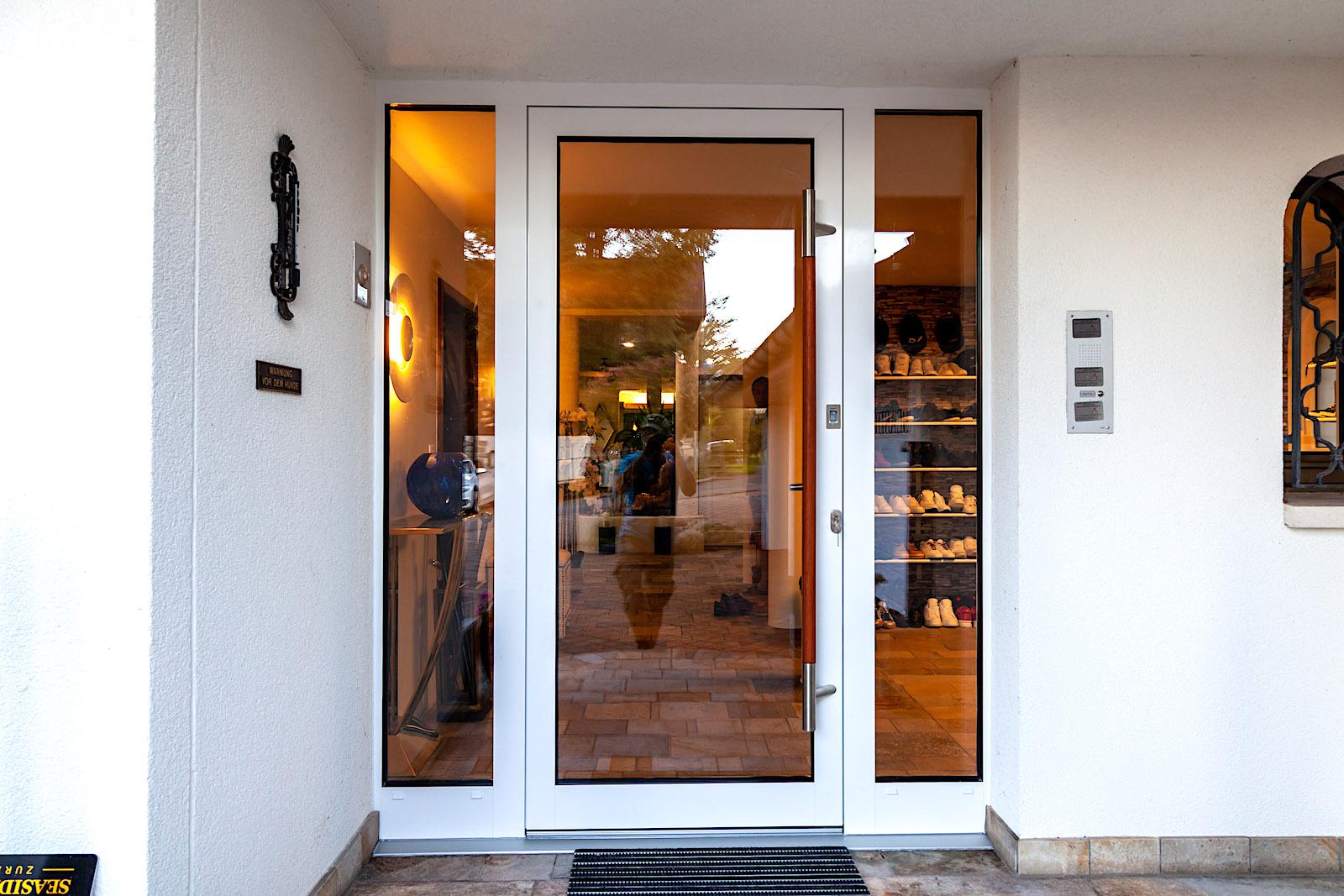 EFH in Tuggen - Aluminium-Eingangstür mit Fingerscan-Zutrittskontrolle und seitlichen FestverglasungenVerglasung: Verbundsicherheitsglas klar