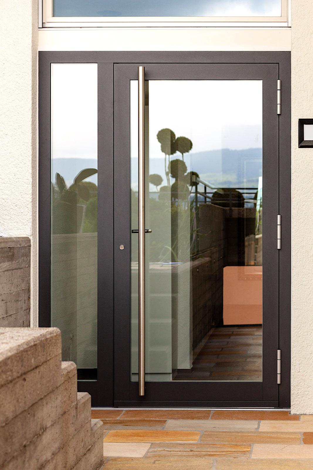 EFH in Männedorf - Aluminium-Eingangstür nach aussen öffnend mit seitlicher FestverglasungVerglasung: Verbundsicherheitsglas klar