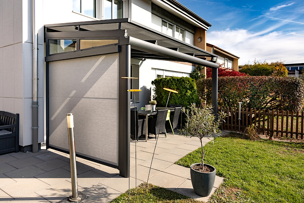 Terrassendach in 8624 Grüt (10/2018) - Ausführung:Aluminium-Terrassendach VERANDA K verstärkt durch Einschub-Stahlträger im Rinnenprofil.Ausführung mit 2 StützenBreite x Tiefe: 4700 mm x 3000 mmVerglasung: Verbundsicherheitsglas 10 mmBeschattung: WAREMA Aufdachmarkise W20, WAREMA Seitenmarkise mit Zip-FührungSonderausstattung: LED-Beleuchtung in den Dachsparren