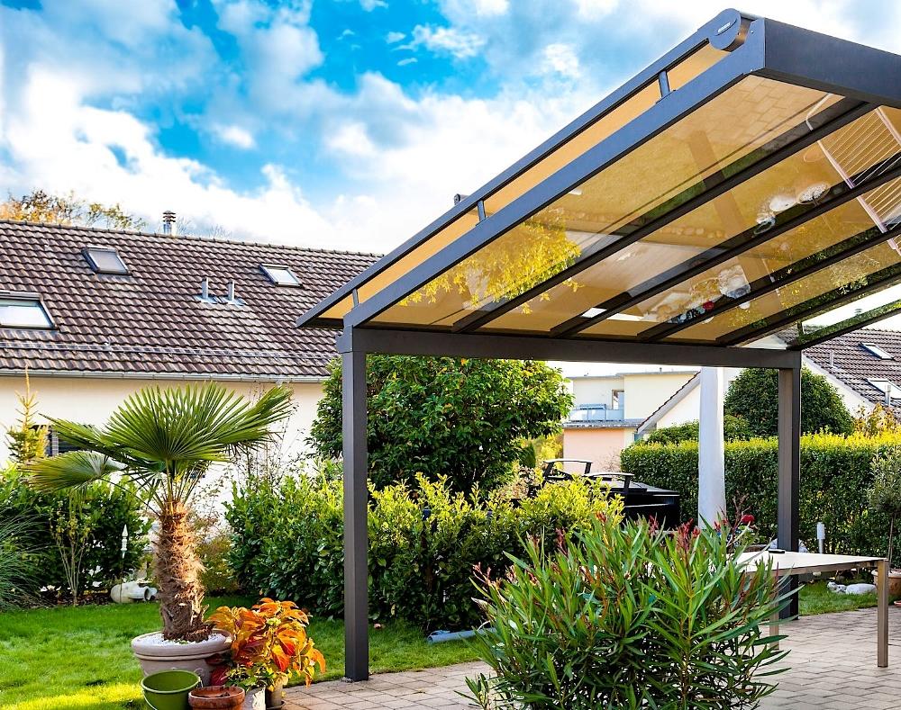 Terrassendach in 8309 Nürensdorf (10/2017) - Ausführung:Aluminium-Terrassendach VERANDA K verstärkt durch Einschub-Stahlträger im Rinnenprofil. Ausführung mit 2 StützenBreite x Tiefe: 4500 mm x 3500 mmVerglasung: Verbundsicherheitsglas 10 mmBeschattung: WAREMA Aufdachmarkise W20