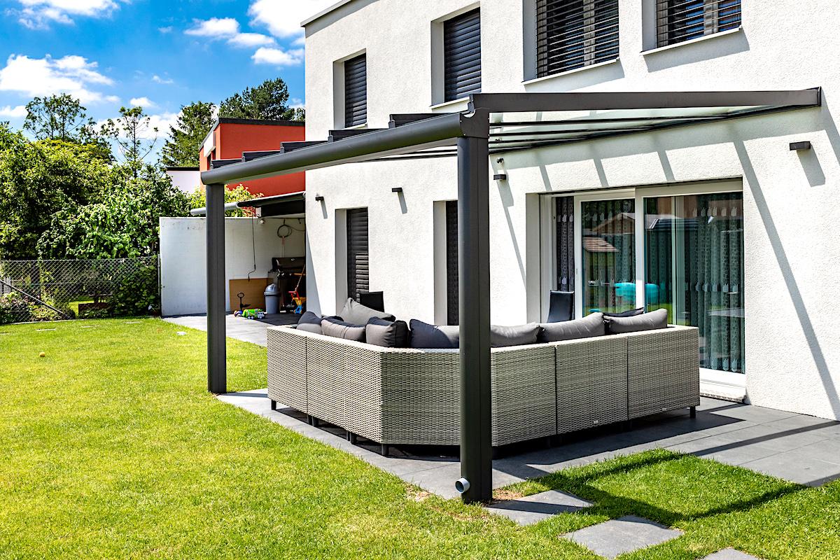 Terrassendach in 8207 Schaffhausen (06/2019) - Ausführung:Aluminium-Terrassendach VERANDA K verstärkt durch Einschub-Stahlträger im Rinnenprofil.Ausführung mit 2 StützenBreite x Tiefe: 4500 mm x 3600 mmVerglasung: Verbundsicherheitsglas 10 mm