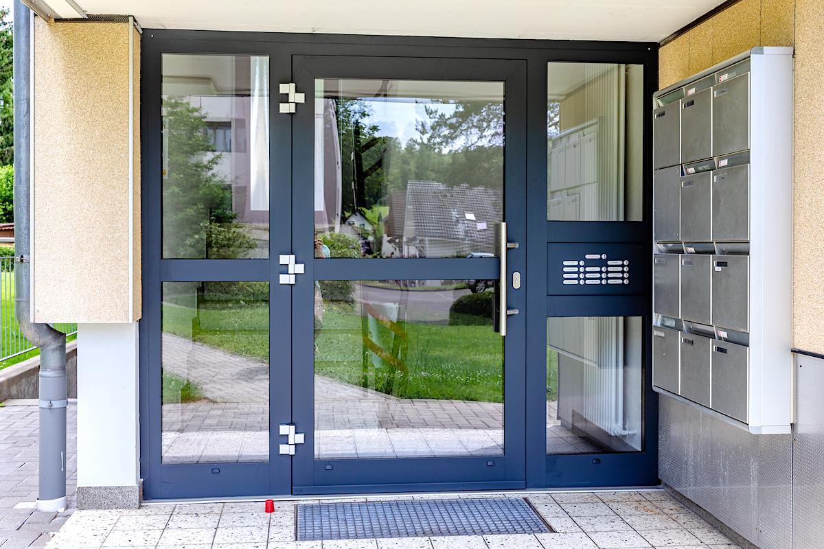 MFH in Lupfig - Aluminium-Eingangstür System Heroal D72 mit 2 festverglasten Seitenteilen und KlingelanlageVerglasung: 2-fach Wärmeschutz-Isolierglas klar