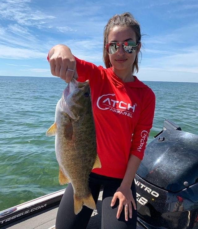*CATCH ALERT* Check out @milicastef 👊👊👊 #fishingapparel #catchapparel #uvlongsleeve #uvhoodie #allunderonebrand #fishing #catch #smallmouthbass #smalljaw #bronzeback #boat #lake #nitroboats #tightlines #hookedup