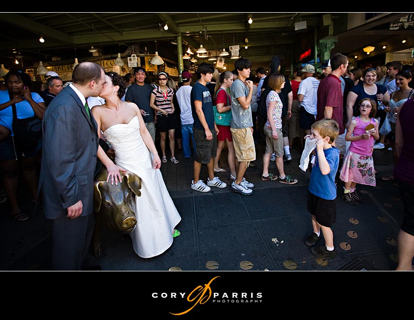 bride and groom with the pig in pike place market