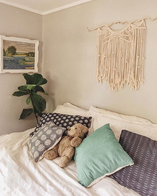fair wage for the workers | fair price for you. • good working conditions for them | good living conditions for you •  @solorganix bedding is the stuff ethical dreams are made of ✨✨ #sponsored • One of my favorite little nooks in our new bedroom! The sad news is... our landlord told us we couldn't hang shelving.... (some shit right? 😂) and you all know the shelving addiction I have! So I need other ways to hang my plants... I have a few macrame hangers already. Any other suggestions? 💛🌱 . . #sustainableliving #sustainablehome #fairtrade #ethicallymade #consiousliving #sustainablestyle #thisishome #liveauthentic #creativityfound #reducereuserecycle #thriftedhome #thriftedstyle #thrifted