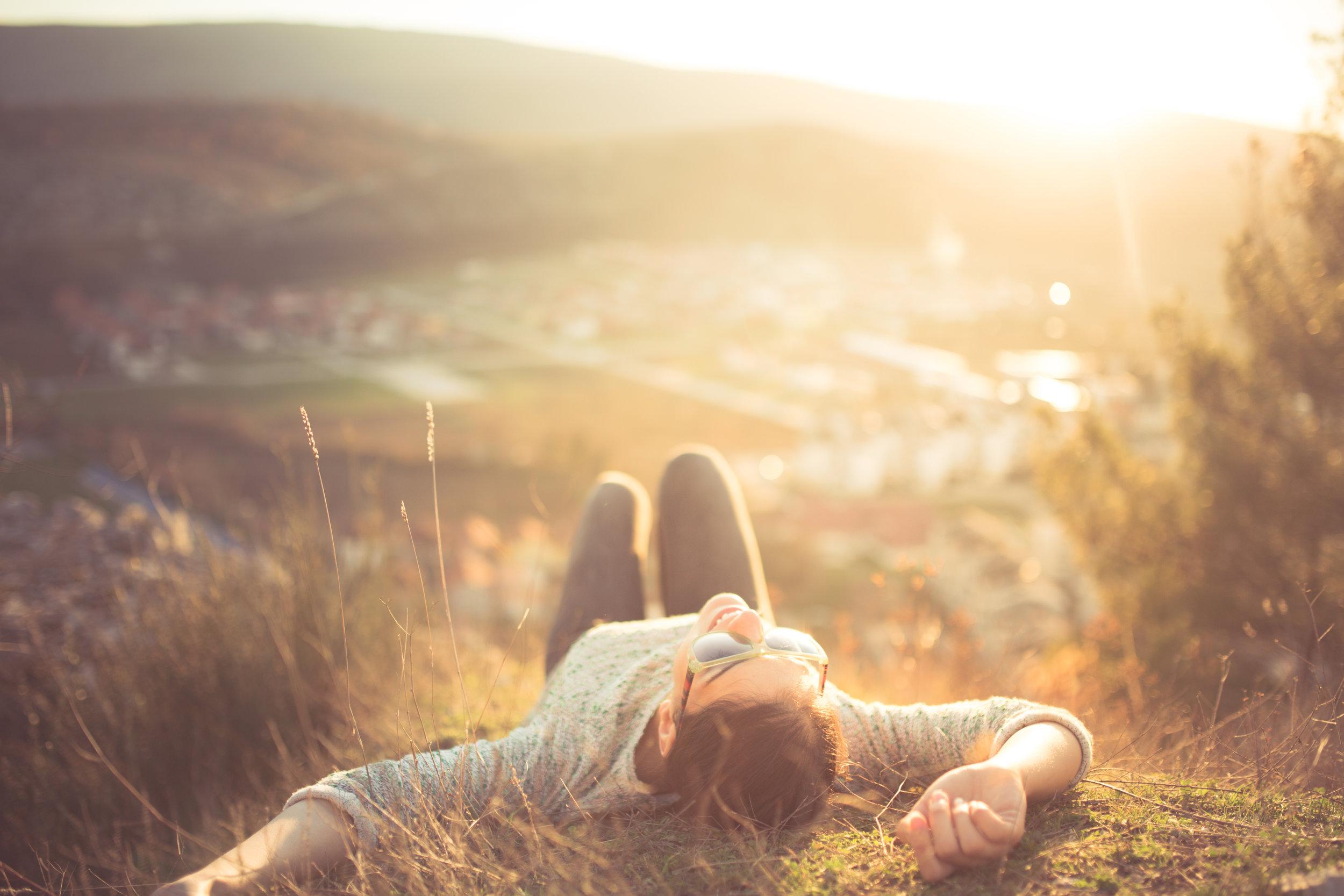 Auringonvalon UVB-säteilyn vaikutuksesta saatavan D-vitamiinin määrä ei Suomessa ole riittävä vuoden pimeimpinä kuukausina.