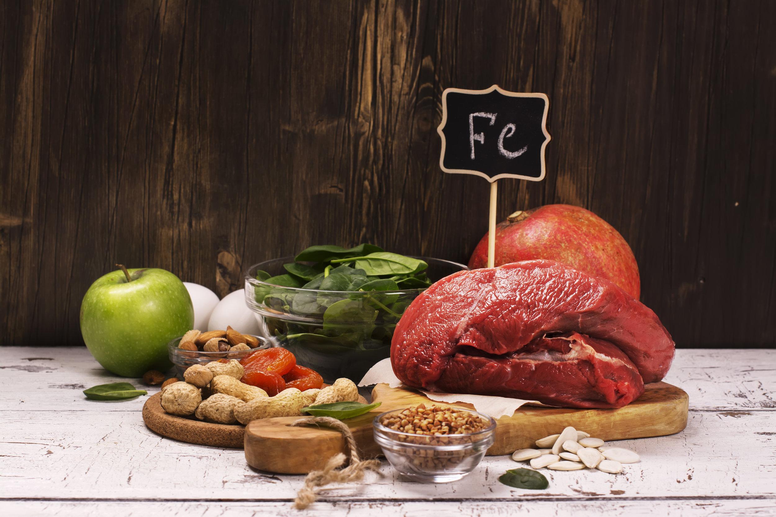 Muun muassa liha, kala, täysjyväviljat, palkokasvit ja vihannekset sisältävät rautaa. Kasvikunnassa esiintyvä ei-hemirauta ei imeydy yhtä hyvin kuin eläinperäinen hemirauta.