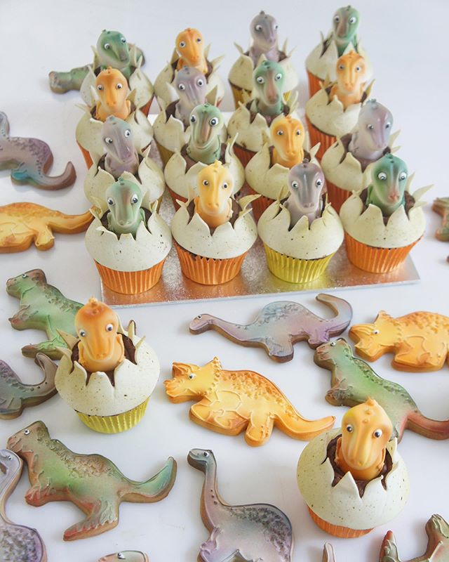 🦕 How much do you love these cute dinosaur treats?? When the cupcakes were boxed it looked like they were in an incubator! Made for @dazzleandfizz ! 🦖 #tuckingamazing #dinosaurs #dino #eggs #cute #party #kids #children #cookies #cupcakes #london #luxury #events #cake #instacake #dinosaurcake