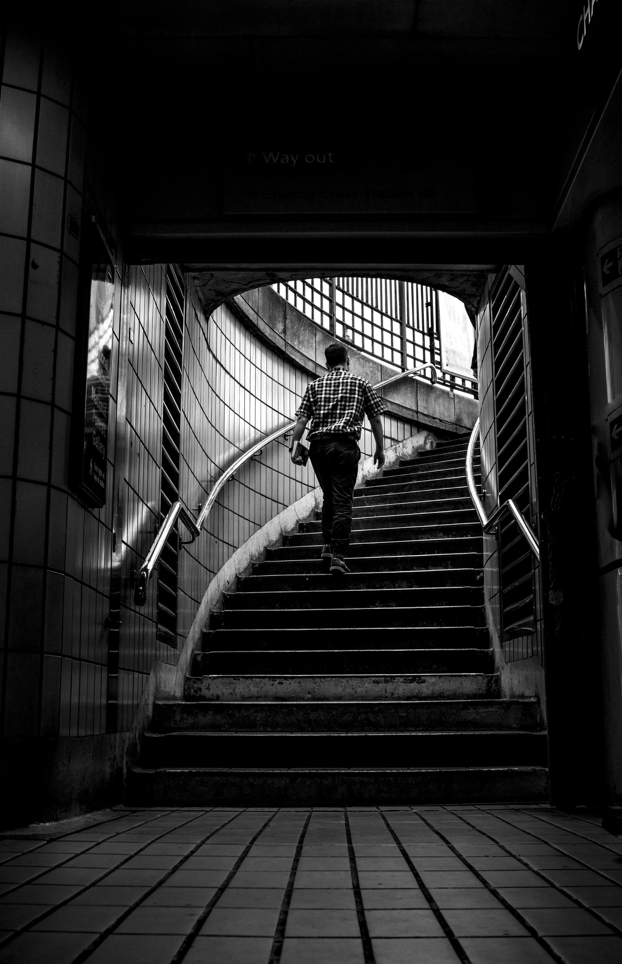 1. Treppensteigen für mehr Beweglichkeit - Treppensteigen statt Lift fahren senkt das Gewicht (zirka 5 Kalorien pro Stockwerk), wie auch verringert Hüftumfang.