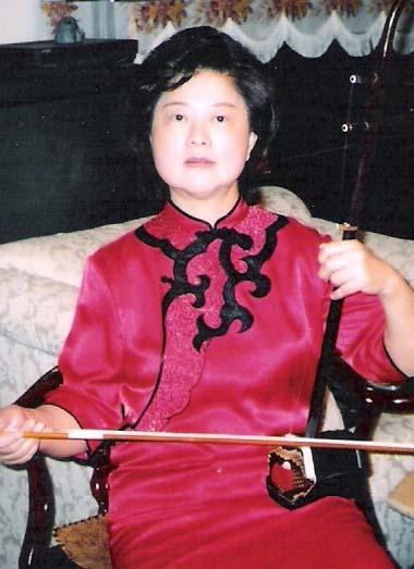 张海音 Kathy Wang ( Remove )  二胡演奏员。自幼酷愛音樂,擅長二胡、古箏等樂器。