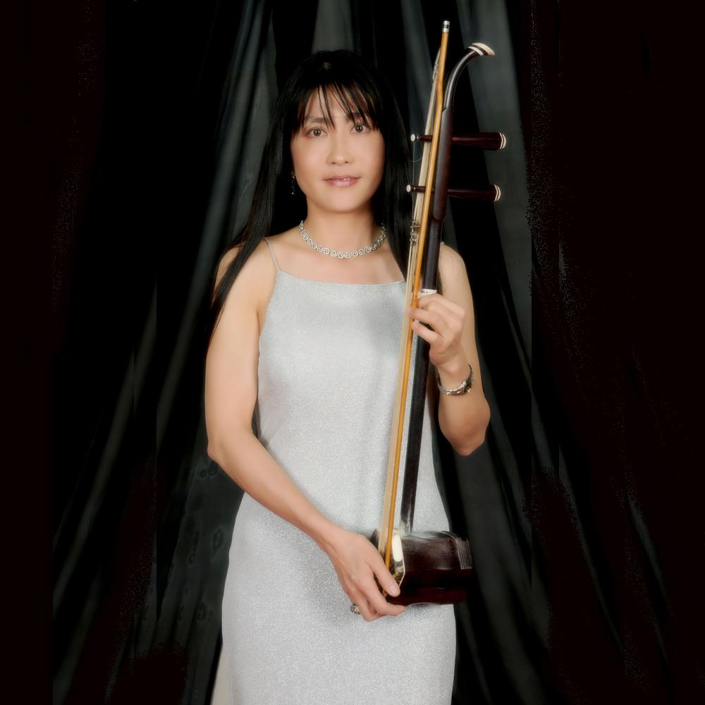 李文玲 Landy Lee  二胡演奏家。十歲啓蒙於民樂家郭長松老師學習二胡。曽任台灣省立圖書館中興國樂團團員。來美後,與洛杉磯二胡演奏家高耀華老師和韓華奇老師習琴。  自2006年起迄今,她成为中國二胡大師蕭白鏞先生的入室弟子。她認為創新中國民樂,不應該失去傳統的根。唯有從傳統中創新意,才能在現代中揉古風。  曾参加梅拉诺文化演艺公司举办的 【花好月圆 ii 】【国乐盛典春雷动地】、【春之声】、【鹰飞龙腾新年新春】的大型演出活动。