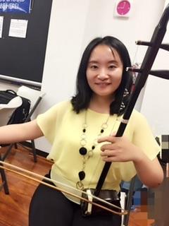 崔怡斌 ( Remove )  二胡演奏员。10岁开始学习二胡,15岁通过江苏省二胡十级。大学加入大学生民乐团,并随团参加比赛和演出。研究生来美国,加入波士顿中国音乐家协会,和波士顿民乐团参加位于公立图书馆的春节演出。