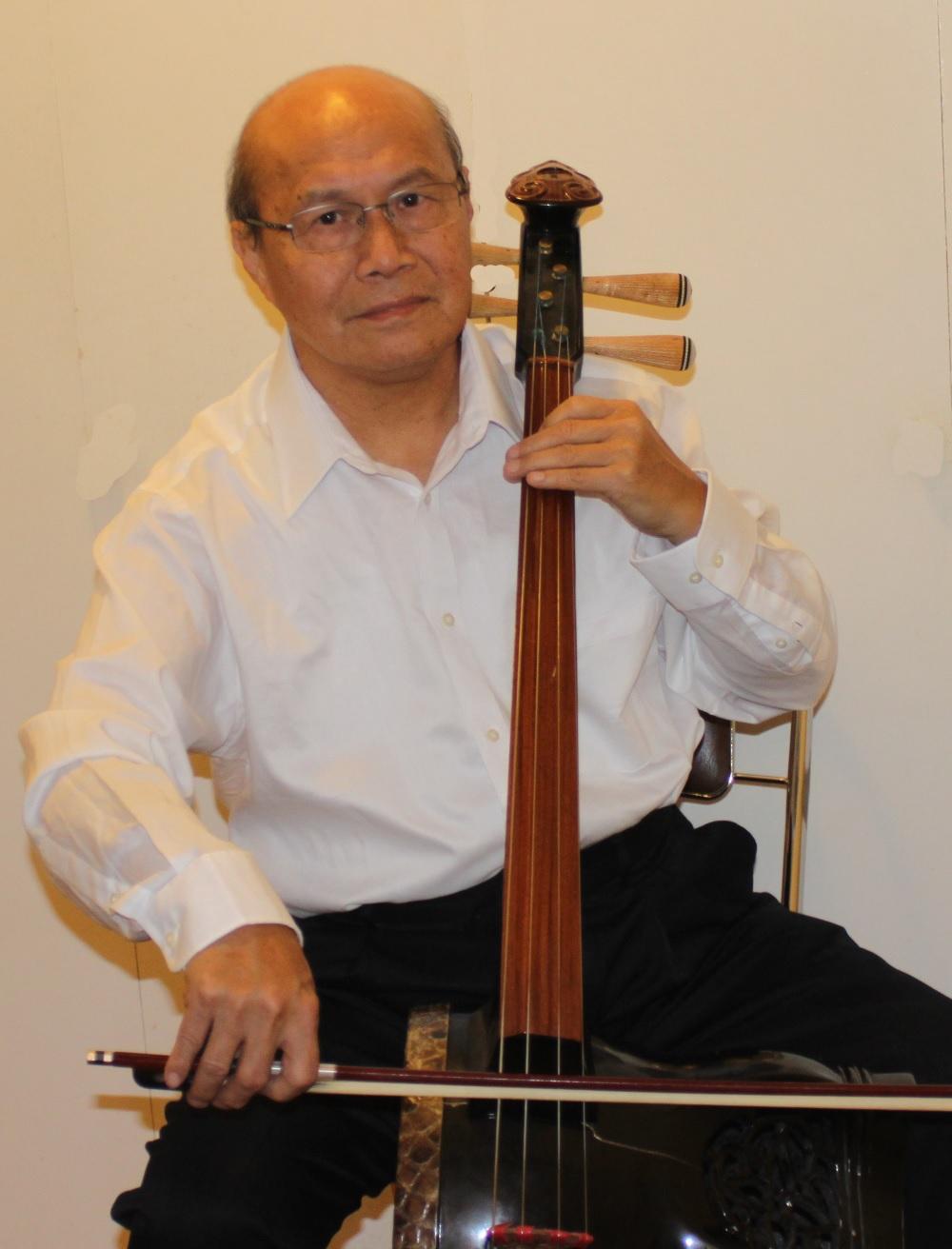 許拓明 (Johnson Hsu) : 革胡 (Gehu) ( Remove )  革胡演奏员。1963年由香港移民至美國。在初高中學校樂團擔任小提琴手。就讀洛杉磯加州大學時才有機會接觸中國樂器。師從呂振原教授學習各種中樂器,畢業後許多年都伴隨呂先生演奏。從八十年代中期到2003年,經常參舆芝加哥的絲竹樂團在美國中部演出。曾参加梅拉诺文化演艺公司举办的 【花好月圆庆中秋】 的大型演出活动。