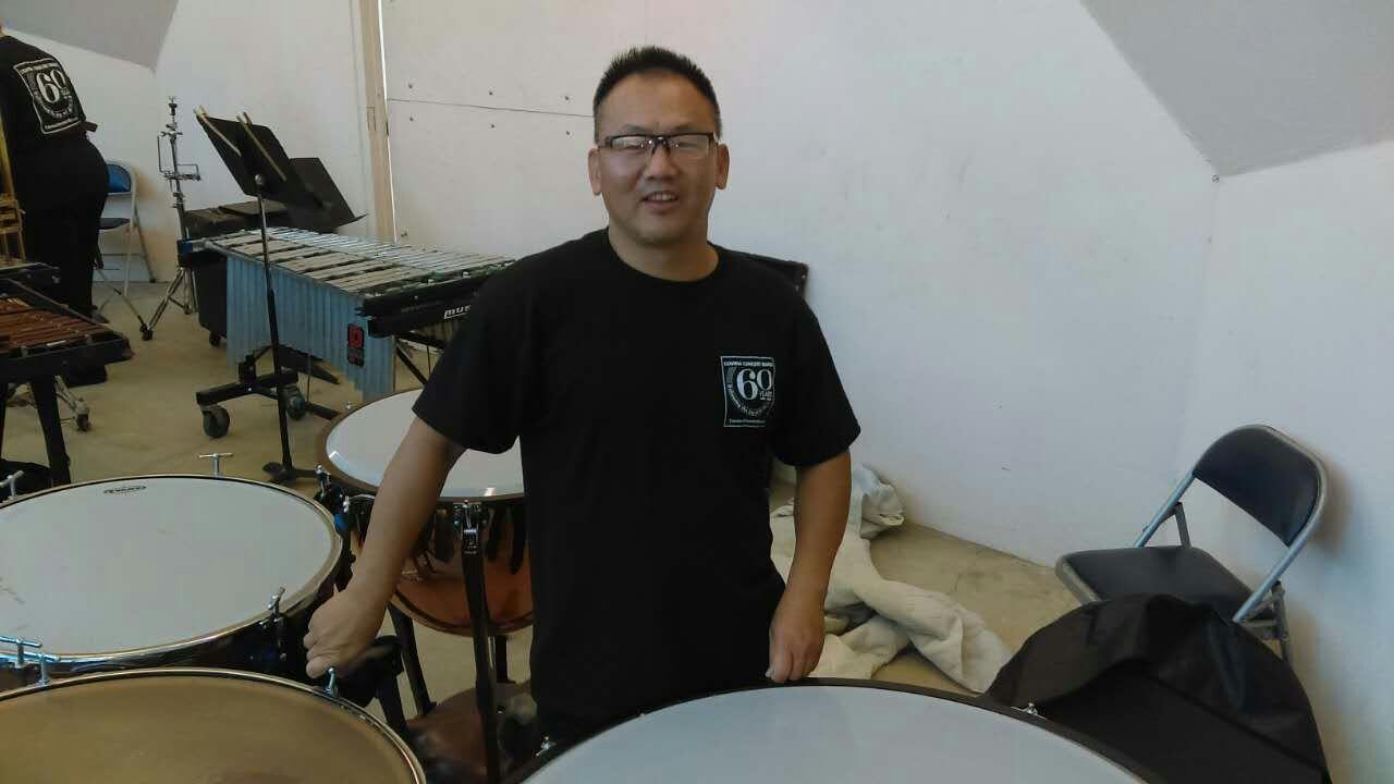 章宗扬 ( Remove )  打击乐演奏员.打從小時候就喜歡定音鼓,在二十三歲開始跟台灣師範大學定音鼓老師郭光遠教授學習,之後就參加了台北世紀交響樂團以及前台北縣立交響譽團,後來來到美國繼續到學校學習,輾轉到了可威娜市的管樂團打定音鼓,我曾經去看神韻的演出,他們的樂曲包羅萬象,活潑生動,可惜看不見樂團裏的樂器跟演奏者,現在來到了中華國樂團,才知道中國人也發明了這麼多好聽的樂器,希望在這裡學習之後,我的程度也會越來越好,將來也能夠發揮達到真善美的境界!.