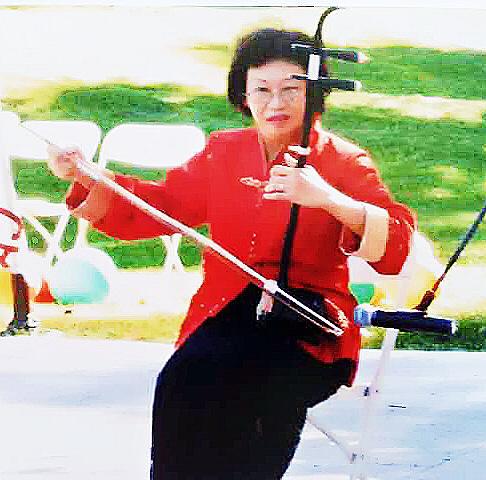 周寶琼  二胡演奏员。参加中华国乐团及洛杉矶多个乐团。担任二胡和中阮演奏员。经常性地作个人及乐队演出。跟随二胡名家项勤老师学习二胡。