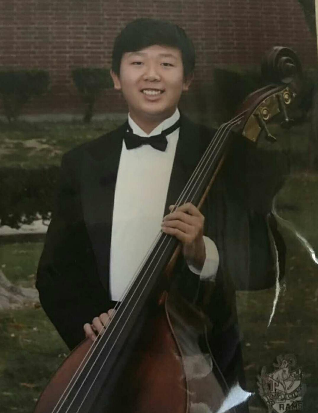 林楚辉  低音提琴演奏员  曾参加梅拉诺文化演艺公司举办的 【花好月圆 ii 】的大型演出活动。