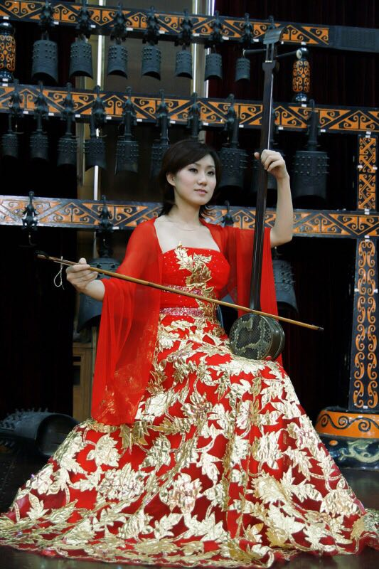 张朋   著名雷琴艺术家。中国雷琴第三代传承人。毕业于北京民族大学民乐系。曾就职于全国总工会文工团,中央民族乐团,北京雷琴文化艺术传播有限公司创始人。