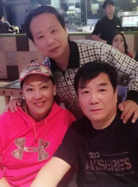 与战友,吉他演奏家刘军夏和闫海刚在一起