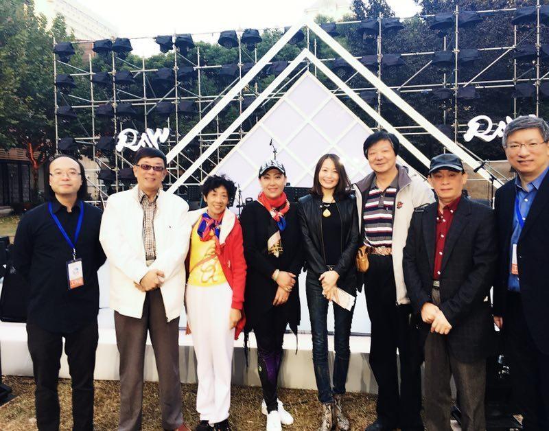 和所有特邀嘉宾留影。项勤右旁是笛子大师俞逊发的太太上海民族乐团著名中阮演奏家刘波女士,左旁是中华国乐团客席扬琴演奏家郑敬梅女士。