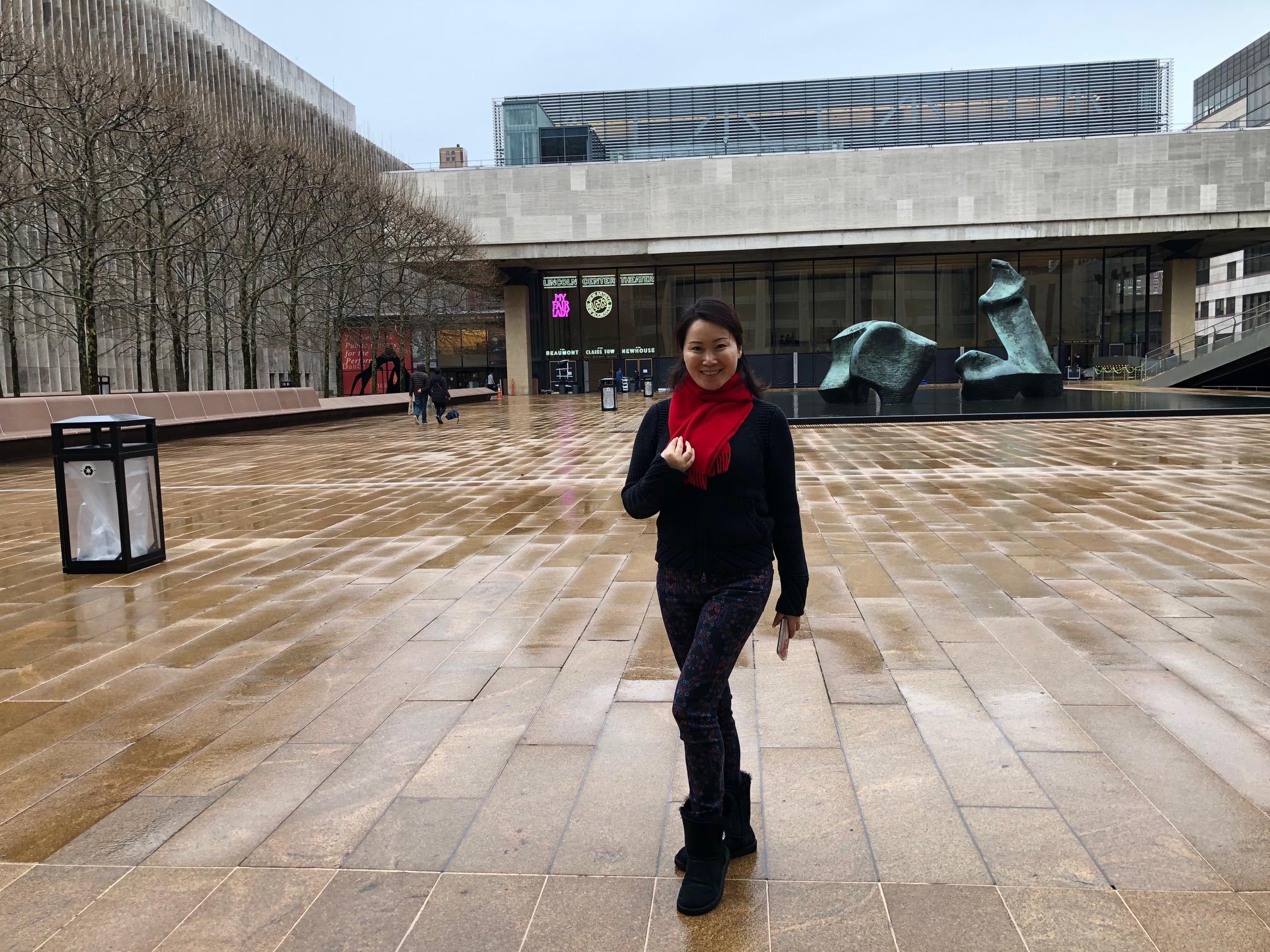 .邬素斐应邀在纽约林肯艺术中心演出排练走台期间,抽空到林肯艺术中心的殿堂,看看这个演出季有哪些表演剧目