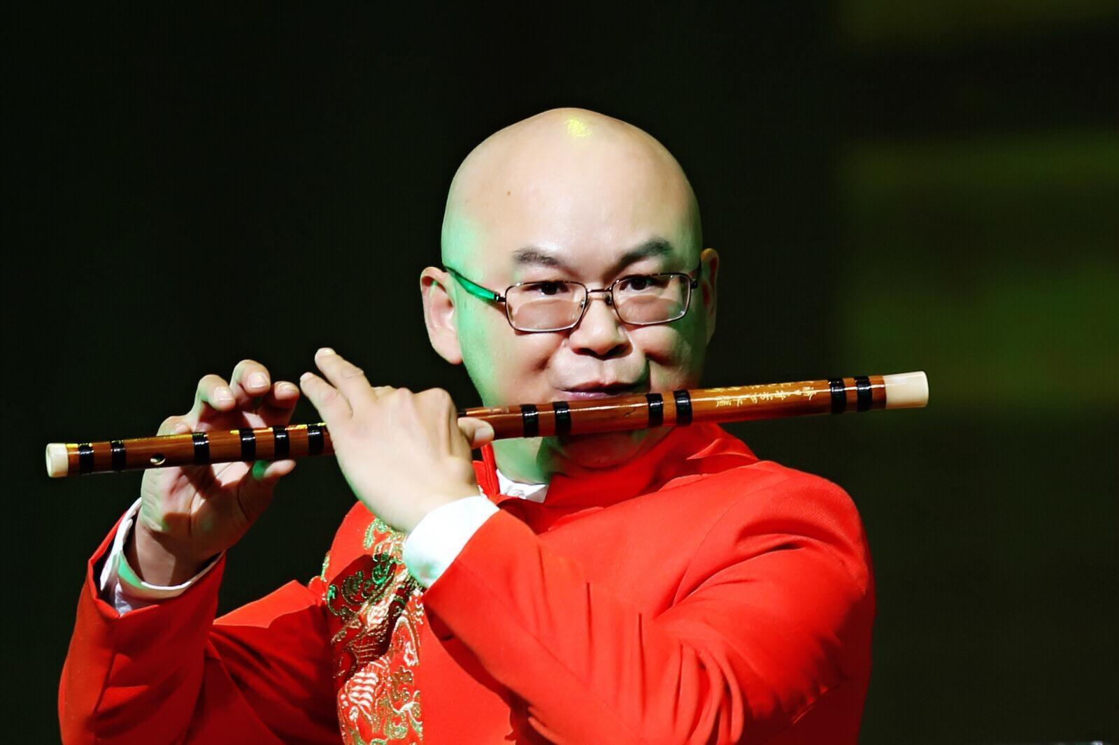 """树志明  上海越剧院红楼剧团二级笛子演奏员,兼演奏 长笛, 笙  1986年考入上海戏曲学校(现为上海戏剧学院)越剧音乐班。1988年毕业于上海戏曲学校越剧音乐班。1988年9月进入上海越剧院 青年剧团  1991年进入上海越剧院红楼剧团至2003年一直从事越剧音乐的演奏工作,先后录制过许多越剧唱片和越剧电视剧的音乐制作。参加演出的越剧剧目有 《 梁山伯与祝英台 》、《 西厢记 》、《 红楼梦 》、《 祥林嫂 》 《 孔雀东南飞 》、《 西园记 》《莲花女传奇》《 玉簪记 》、《 真假驸马 》、《花中君子》、《 状元打更 》《 舞台姐妹 》《 梅龙镇 》《 玉簪记 》、《 女皇与公主 》、《 孟丽君 》《莲花女传奇》《 紫玉钗 》《 李娃传 》,《 断指记 》《 风雪渔樵 》。曾出访演出香港,台湾,新加坡,泰国等国家和地区。  为 上海大剧院 度身定制的新版《红楼梦》并担任乐队队长,被评为""""展示上海文化风采的标志之作"""",荣获上海市国庆50周年献礼剧目""""优秀剧目奖""""。  2016年受邀参加好莱坞STUDIO录音【hurry home】的制作。  曾参加梅拉诺文化演艺公司举办的 【花好月圆庆中秋】 和【 我们的年代 戏曲名家和那个年代的歌 】【花好月圆 ii 】【国乐盛典春雷动地】、【春之声】、【鹰飞龙腾新年新春】的大型演出活动。"""