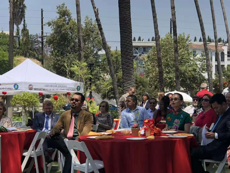 中国驻洛杉矶总领馆文化领事王瑾与主流观众在现场观看美国中华国乐团的表演