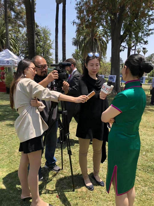 中国驻洛杉矶总领事馆文化领事王瑾接受美国环球东方电视台的采访。