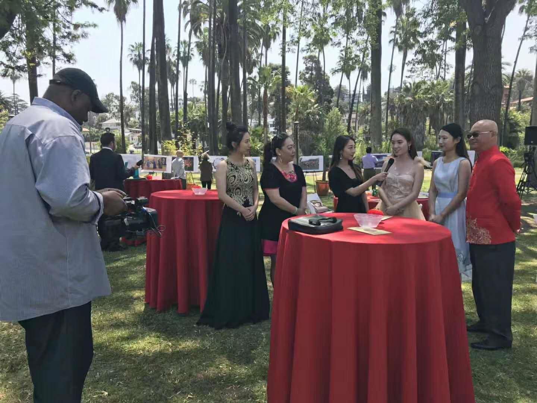 美国梅拉诺文化演艺公司旗下的中华国乐团的演奏家们在现场接受美国中华国乐团接受MVP频道的采访