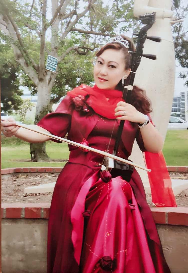 项勤:   二胡演奏家。美国中华国乐团副团长,美中华人音乐家协会执行理事。