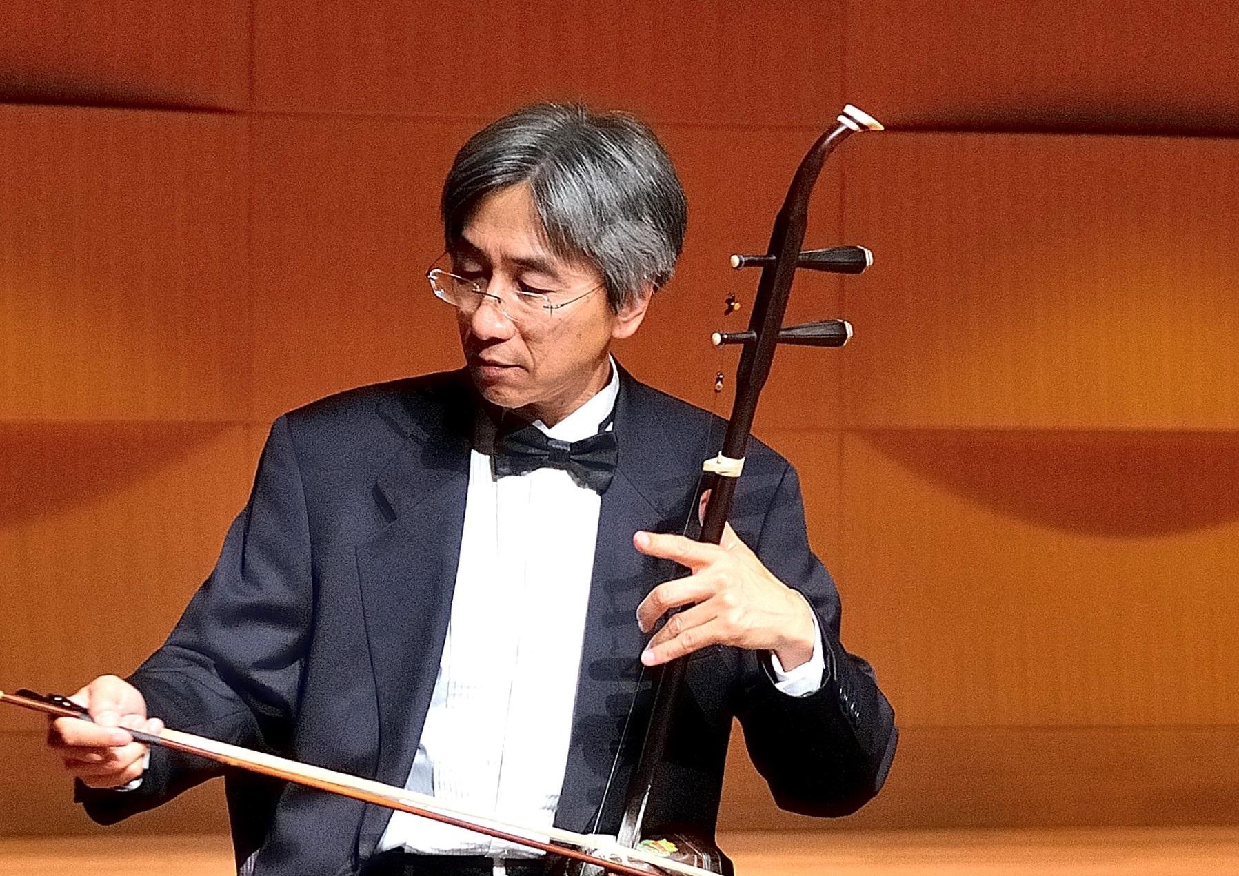 梁云河:   二胡演奏家。美国中华国乐团首席。美中华人音乐家协会执行理事。